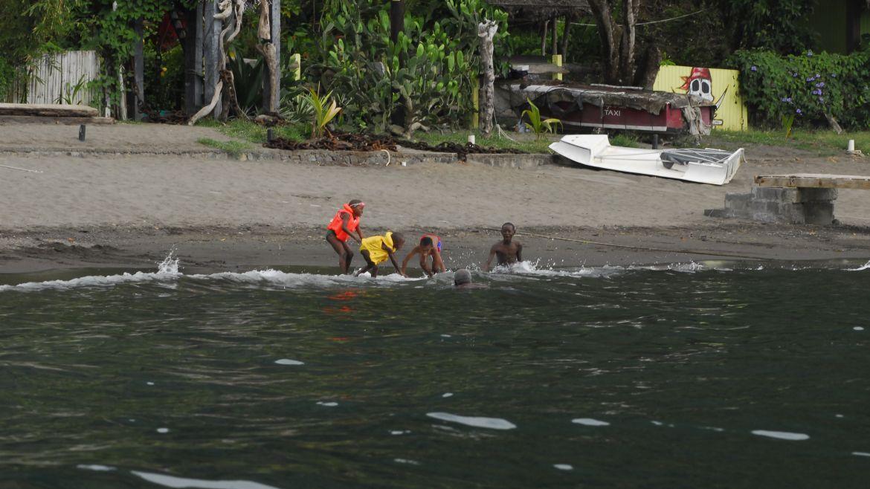 Enfants jouant dans l'eau à Wallilabu Bay sur l'île de Saint-Vincent