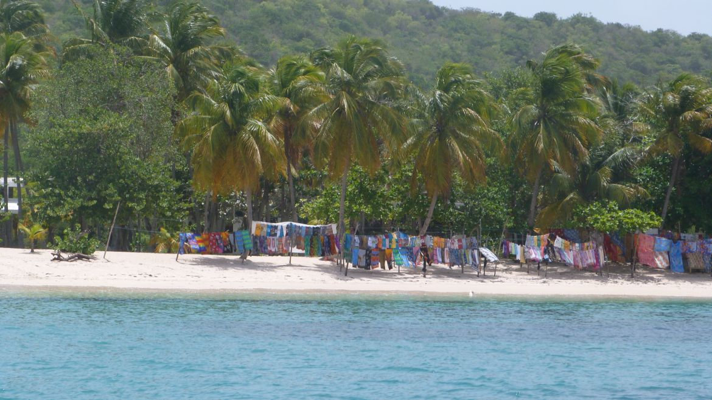 Vente de débardeurs et paréos, Mayreau, Grenadines