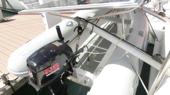 Panneaux solaires et bossoir d'annexe